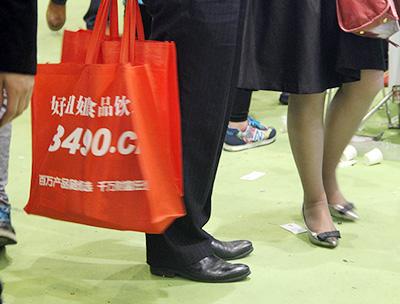 好妞妞在展会上发放的手提袋