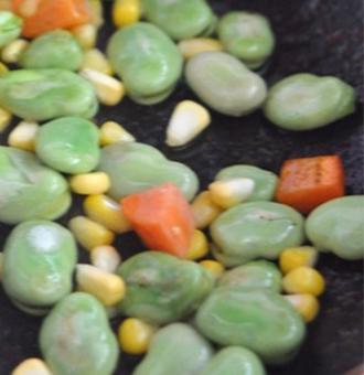 以前只吃过兰花豆,还是第一次吃新鲜的蚕豆,软香绵面,感觉很不一样呢。
