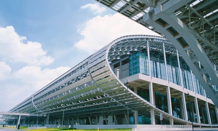 广州国际会展中心工程分两期建设。一期工程总用地面积43万平方米,建筑占地 广州国际会展中心夜景喷泉 面积12.8万平方米,建筑面积39.49万平方米,主体建设高40米,拥有三层16个标准展厅,3米*3米标准展位10200个,室外展场2.19万平方米,已于2002年1月交付使用。二期是配套部分。广州国际会展中心总建筑面积超过70万平方米,到2009年1月为止,亚洲最大、国际第二大的会展中心,面积仅次于德国汉诺威展览中心。已竣工的首期工程占地43万平方米,总建筑面积39万平方米,拥有三层共16个标准展厅,展厅