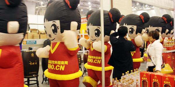 2014安徽糖酒会上参展厂家驻足为好妞妞拍照