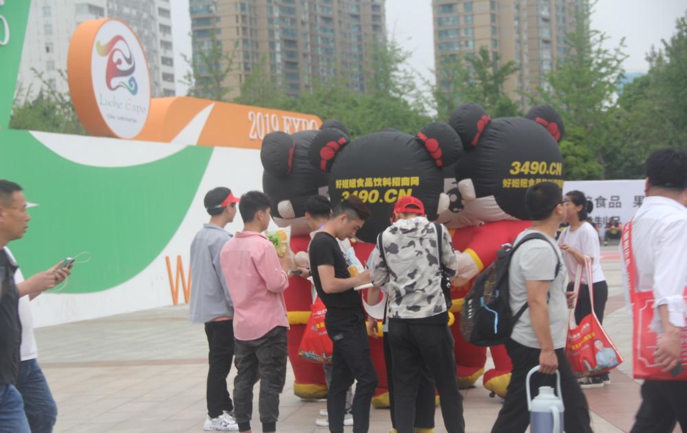 好妞妞气模在漯河食品节引起围观