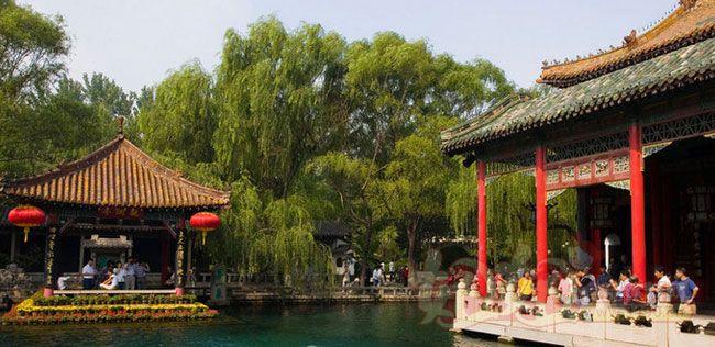 位居济南七十二名泉之首,被誉为天下第一泉,也是最早见于古代文献的济南名泉。 位于济南市中心区,趵突泉南路和泺源大街中段,南靠千佛山,东临泉城广场,北望大明湖。 趵突泉是泉城济南的象征与标志,与济南千佛山、大明湖并称为济南三大名胜。趵突泉公园始建于1956年,其名胜古迹,文化内涵极为丰富,是具有南北方园林艺术特点的最有代表性的山水园林之一 趵突泉水分三股,昼夜喷涌,水盛时高达数尺。所谓趵突,即跳跃奔突之意,反映了趵突泉三窟迸发,喷涌不息的特点。趵突不仅字面古雅,而且音义兼顾。不仅以趵突形容泉