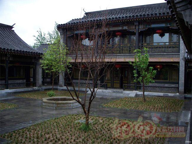 蟹岛度假村始建于1998年8月,位于北京市朝阳区金盏乡,紧临首都机场高速路,距离首都国际机场仅7公里,座落在美丽的山、水、田、园、林、花之中,园区占地面积3000多亩,集种植、养殖、旅游、度假、 休闲、生态农业观光为一体。其中90%的土地为有机生态农业种养区,10%的土地为度假村服务区,是典型的前店后园的经营格局,以农为本,以村为特色,以环保、绿色、有机、健康为旅游度假的坚实内涵,让游人在田园中躬耕、栽植、收割、采摘,体验一份耕耘一份收获的快意。度假村是北京市朝阳区推动农业产业化结构调整的重点示范单位