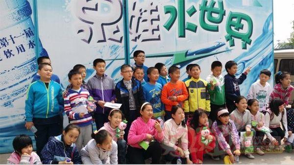 泉娃水厂副厂长张涛首先给同学们做了酸碱