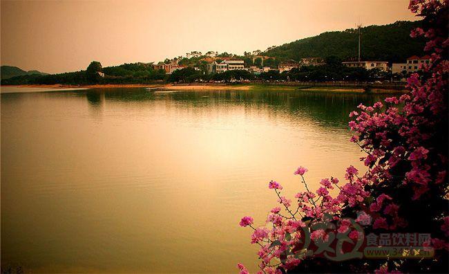 风景区内三个半岛还将兴建三个度假村:湖滨半岛以西欧风情为特色;龙臂