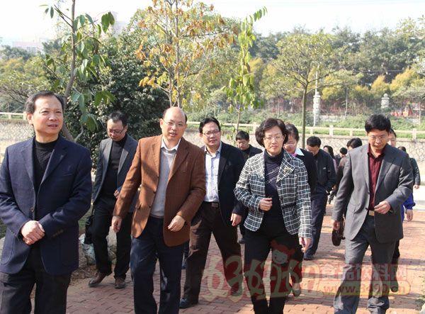 国桂荣副市长壹行到古龙食品公司调研指点