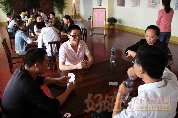 厦门古龙食品公司举行80分扑克竞赛