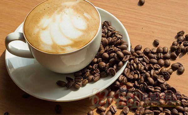 1.咖啡含有一定的营养成分。咖啡的烟碱酸含有维他命B,烘焙后的咖啡豆含量更高。并且有游离脂肪酸、咖啡因、 单宁酸等。 2.咖啡对皮肤有益处。咖啡可以促进代谢机能,活络消化器官,对便秘有很大功效。使用咖啡粉洗澡是一种温热疗 法,有减肥的作用。 3.咖啡有解酒的功能。酒后喝咖啡,将使由酒精转变而来的乙醛快速氧化,分解成水和二氧化碳而排出体外。 4.