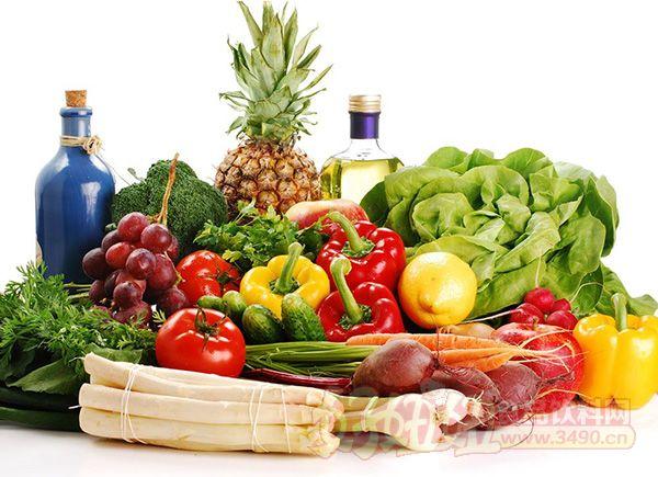 一提到糖、盐和脂肪,人们就不约而同地说道:应对之忌口,因为它们对人体的健康有害。而事实上真是如此吗?其实,万物皆有个度,只要掌握好这个度,你便不会因为它们而受害了。 1、新鲜蔬菜比冷藏蔬菜更健康 如果是指刚从菜地里采摘下来的新鲜蔬菜,这种说法没有任何问题。但事实上我们吃到的蔬菜大都没有那么新鲜了,而通常都是储存了几天之久的了,其维生素也在储存的过程中逐渐地损失掉。相反,超低温快速冷冻的蔬菜就能保持更多的维生素,因为蔬菜采摘之后即速冻,就能很好地防止了维生素的流失。 2、喝矿泉水绝对可以放心 很多人说矿