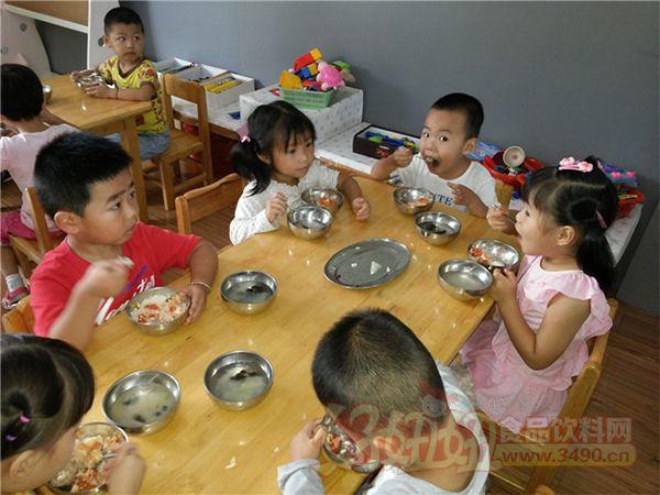 幼儿园孩子吃饭