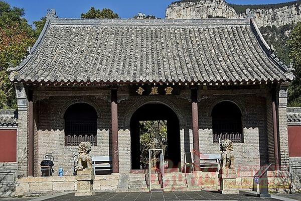 灵岩寺,北距济南市区45公里,位于济南市长清区万德镇境内,泰山