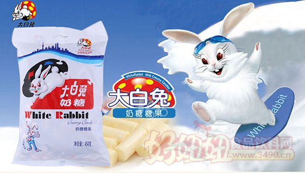 说正题,此次大白兔的新包装,就是一个糖型的铅笔盒,上面印着跟奶糖上一模一样标志性的大白兔,而盒子的两边也是做成了糖纸扭曲的形状,远远看去就像是一颗超大的大白兔奶糖,打开盒子,看到的是一排排得整整齐齐的竖着的大白兔奶糖,总共是73颗,可小编看去怎么像是小孩子玩的蜡笔啊。据了解,大白兔快乐宝盒自双十一上线销售以来,全终端该商品浏览量突破6万,下单买家数与日俱增,呈现出积极的市场反馈。据悉,这款产品零售价26.