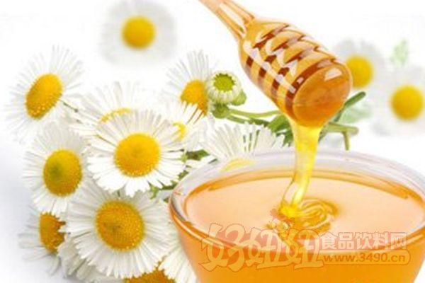 蜂蜜的保质期有多久? 蜂蜜无保质期,这个前提是蜂蜜必须足够的纯。美国考古学家在古埃及的金字塔中发现了一坛3000多年前的蜂蜜。这坛蜂蜜至今没有变质,也没有干燥成块状,仍然可以食用。所以说,蜂蜜是没有保质期的。 但蜂蜜又是有保质期的,国家在06年实行的GB18796-2005蜂蜜生产标准中,强制要求蜂蜜企业在蜂产品上标明是两年。多数企业也标的是两年。有些蜂蜜企业标的是18个月。 结晶并没有什么,可以食用。结晶只是状态的不同,并不影响质量。如果你的蜜足够纯。看起来应该没事,那些蜜毕竟是在冰箱里放着的。 什