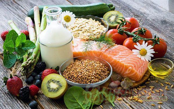 据英国《每日邮报》3月1日报道,一份研究报告显示,健康食品大部分比垃圾食品更便宜。最便宜的方便食品披萨、汉堡、含糖早餐谷物每公斤的价格都超过2英镑(约合人民币17元),而同样份量的普通水果和蔬菜并不需要花费这么多钱。 英国经济事务研究所(IEA)比较了超市里78种常见食品和饮料的价格,发现如果以食用量来计算,健康食品大部分比垃圾食品便宜。买一个汉堡需要1英镑(约合人民币8.