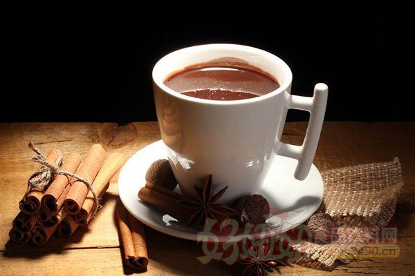 3.养胃助消化 饭后喝咖啡对胃部健康是有好处的。但相对的,如果在胃里空空的状态下喝咖啡,分泌的胃液会损伤胃黏膜,进而损害胃部健康。爱吃肉的人最好饭后喝杯咖啡,有很好的解油腻、助消化作用。此外,咖啡中可溶性膳食纤维的含量比橙汁都高,咖啡因还能刺激肠道加快蠕动。因此,喝咖啡有缓解便秘的效果。 4.