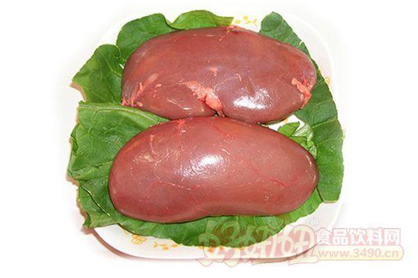 猪腰子有哪些营养价值? 每100克猪腰含水分77.8克,蛋白质15.5克,脂肪4.8克,碳水化合物0.7克,灰分1.2克,维生素B10.38毫克,维生素B21.12毫克,烟酸4.5毫克,维生素C5.0毫克。 猪腰子具有补肾气、通膀胱、消积滞、止消渴之功效。可用于治疗肾虚腰痛、水肿、耳聋等症。 新鲜猪腰有层膜,光泽润泽不变色。洗猪腰子的窍门:1、将猪腰子剥去薄膜,剖开,剔去筋,切成所需的片或花,用清水漂洗一遍,捞起沥干。2、1000克猪腰用100克烧酒拌和、捏挤,用水漂洗两三遍,再用开水烫一遍,即可去膻臭