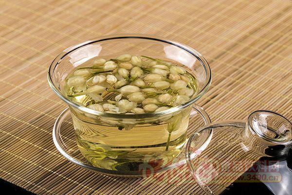 茉莉花茶的泡法 茉莉花茶融茶叶之味,鲜花之香于一体,饮茉莉花茶,犹如品赏一件茶的艺术品。其饮法如下: 特种茉莉花茶的冲泡、宜用玻璃杯,水温8090摄氏度为宜。其它茉莉花茶,如银毫、特级、一级等,宜选用瓷盖碗茶杯,水温宜高,接近100摄氏度为佳,通常茶水的比例为1:50,每泡冲泡时间为3--5分钟。 泡饮茉莉花茶,有不少人喜欢先欣赏一下茉莉花茶的外形,通常取出冲泡一杯的茉莉花茶数量,摊于洁白的纸上,饮者先观察一下茉莉花茶多姿多彩的外形,干闻一下茉莉花茶的香气,以平添对茉莉花茶的情趣。 茉莉花茶的泡饮方法,