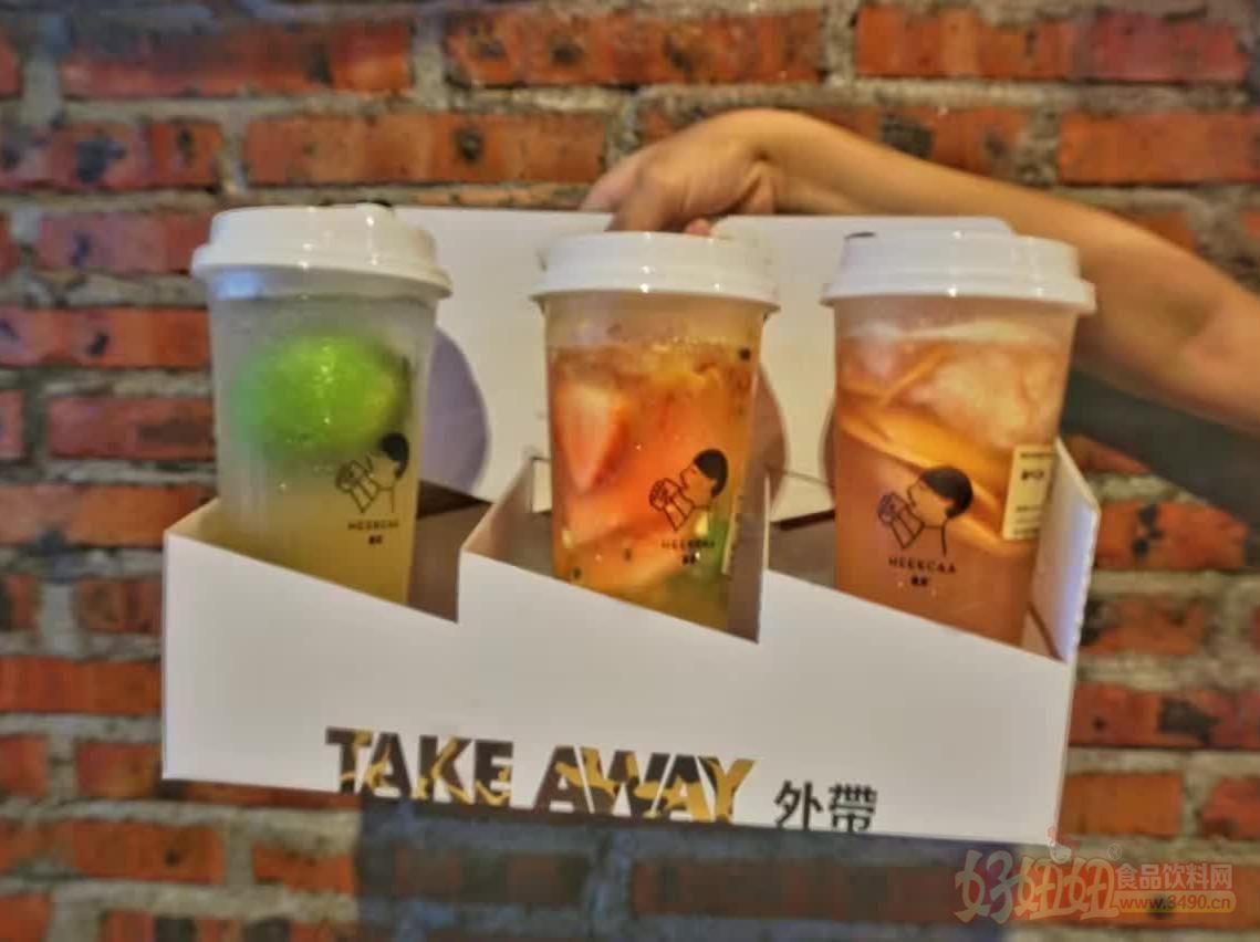 夏日的酷暑增进了人们对茶饮的喜爱,在这个饮品销售的旺季,现在正是加盟一个茶饮的好时候。那么茶饮什么品牌好呢?无疑就是喜茶。一个拥有庞大人气的茶饮店。加盟喜茶总部会给你各方面的支持: 1、品牌优势 经常有网络合作,并且其产品物美价廉,深受消费者喜爱。 2、产品优势 总部拥有一支专业的产品研发队伍和完善的生产技术,持续研发新产品。 3、技术优势 公司拥有一支专业的技术团队,专门为加盟商提供全面的技术培训,保障您开店顺利。 4、培训优势 完善的加盟体系以及培训系统,将让每一位加盟商都能在短时间内成为销售大师。