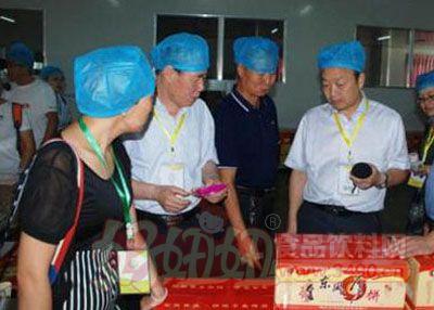 三晋食品安全媒体采风团参观运城风陵渡东风食品厂。