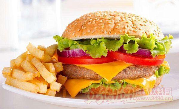鸡肉汉堡的热量 很多人对鸡肉汉堡的热量是多少并不清楚,这样就需要在对鸡肉汉堡选择的时候,对这类问题进行很好的了解,使得在吃的时候,可以放心的进行选择。 鸡肉汉堡的热量: 营养素含量(每100克) 热量(大卡)292.00 碳水化合物(克)31.00 脂肪(克)16.30 蛋白质(克)7.