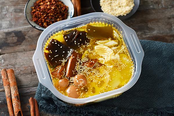 冷锅串串与蔬菜凉粉