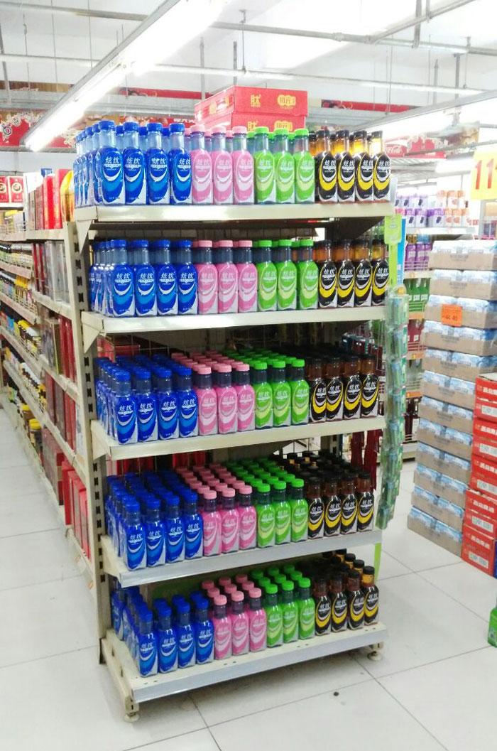 超市卖场里摆放的炫饮运动饮料