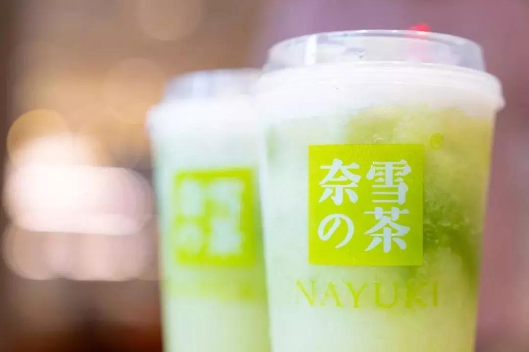 """奈雪的茶丨奈雪出了杯""""绿宝石"""",加了冰淇淋和珍珠!"""