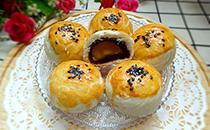 你喜欢吃美味的豆沙糕吗?那就来了解豆沙蛋黄酥的做法吧!