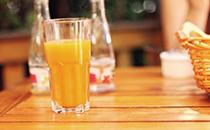 喝果汁好还是吃水果好,喝果汁和吃水果哪个好