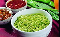 菠菜面是陕西地区的一种特色面食小吃,用菠菜汁和面粉做成的面条,不含任何食品添加剂