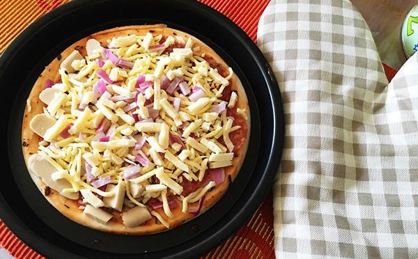 在家自己做披萨,不用再去外面吃,怎么吃都不够