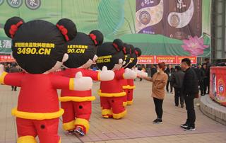 在领队的带领下,一群好妞妞走向广场深处