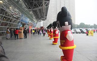 一排好妞妞宣传队伍出现在2014安徽糖酒会的现场