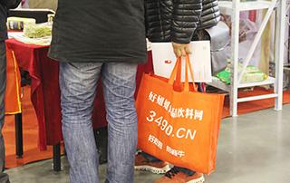 展会现场人员用着好妞妞招商网的手提袋