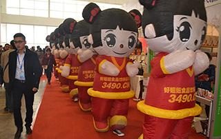 在热闹的现场,好妞妞食品饮料招商网3490.cn在不停的宣传