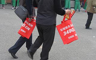 经销商手中提的都是好妞妞免费发放的手提袋