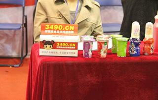 在2015郑州糖酒会上,厂家展位上都放着好妞妞发放的名片盒