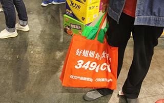 代理商手中拿的是好妞妞在2015第十五届郑州糖酒会现场发放的手提袋