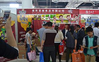 青岛喜喔食品有限公司森林猴产品在2015淄博糖酒会现场招商