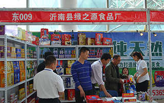 沂南县绿之源食品厂核桃露、猴菇奶等产品在2015淄博糖酒会现场招商