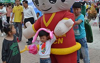 可爱的好妞妞宣传卡通形象在漯河食品节上吸引了很多小朋友