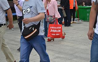 漯河食品展上随处都可看到好妞妞手提袋