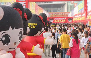 漯河食品博览会上好妞妞成为人群中一道耀眼的明星