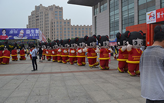 漯河食品节上好妞妞宣传队伍经过展馆旁