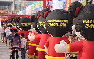 漯河食品节上好妞妞宣传队伍一眼望不到边