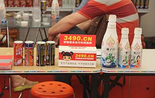 漯河食品博览会上好妞妞为参展企业发放名片盒
