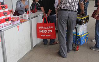 好妞妞招商网在徐州糖酒会上为代理商免费发放手提袋