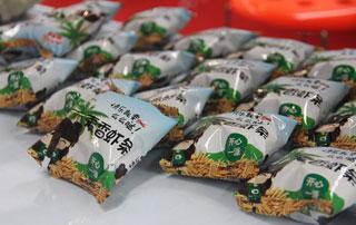 山东旭康麦香虾条在2015徐州糖酒会上招商