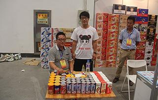 衡水绿源在2015年潍坊秋季糖酒会与好妞妞工作人员合影