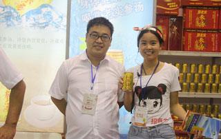 安徽常老实领导与好妞妞招商网工作人员在第十六届郑州糖酒会现场合影